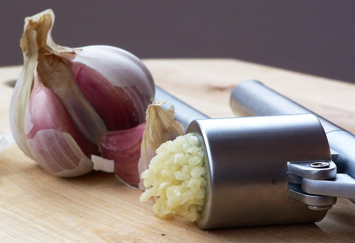 73426254_garlic_press_and_garlic